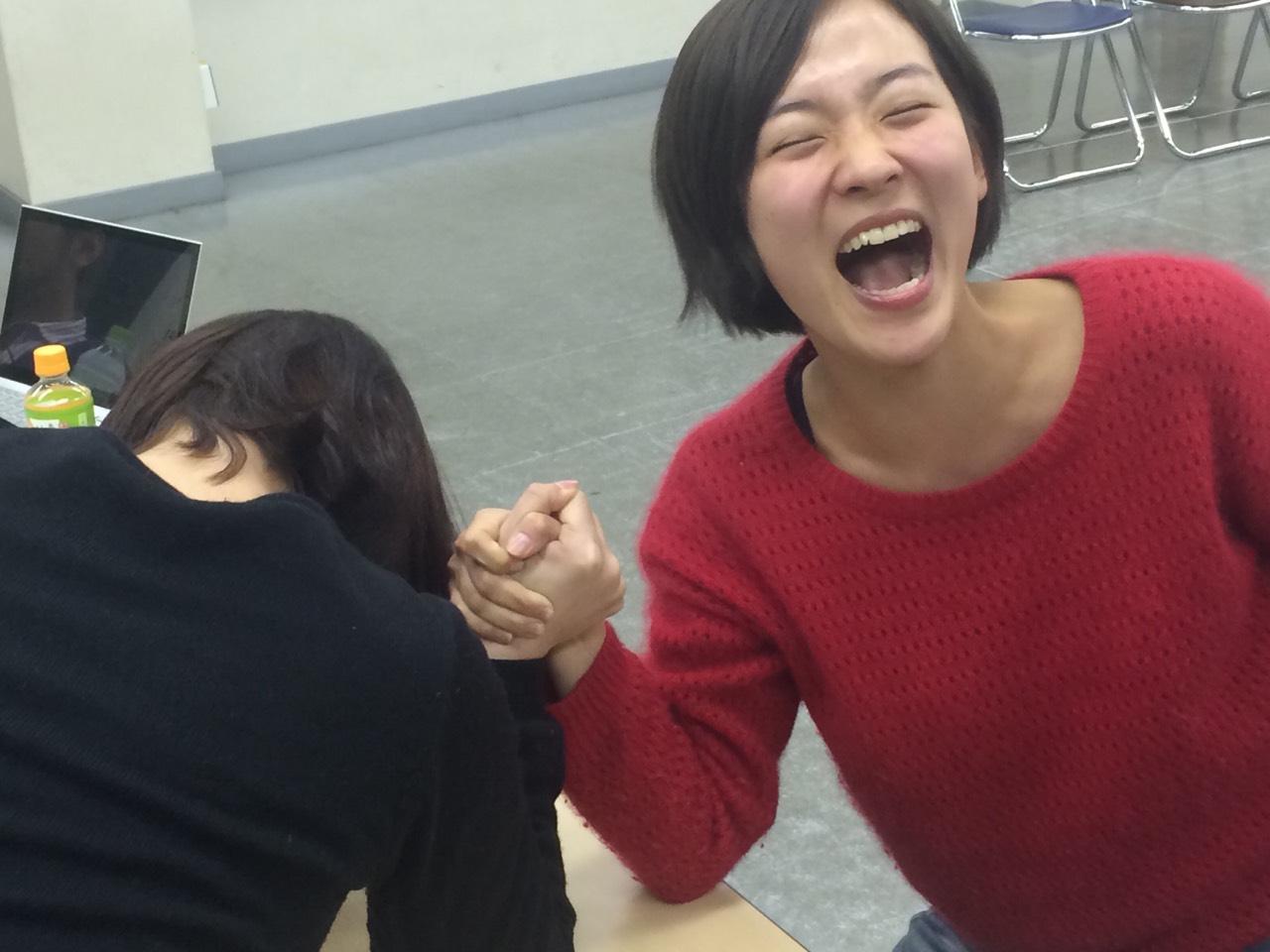 S__5292107 そうだ、弁当後に腹ごなしの腕相撲大会も開催。 亜希子ちゃん、篠原さん、井ノ